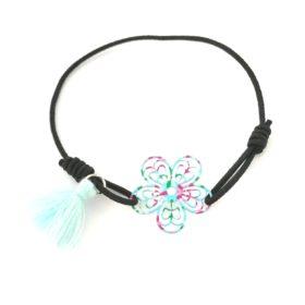 Lille elastik armbånd med blomst – i blå og grønne nuancer
