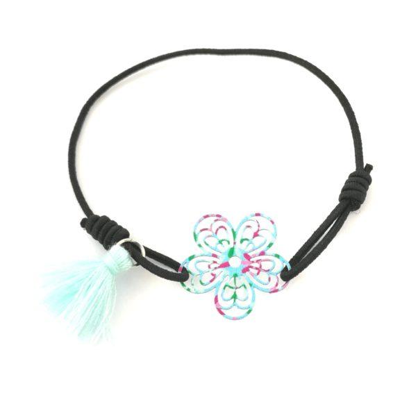 Lille elastik armbånd med blomst - i blå og grønne nuancer