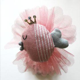 Hårbøjle med sød rosa fisk