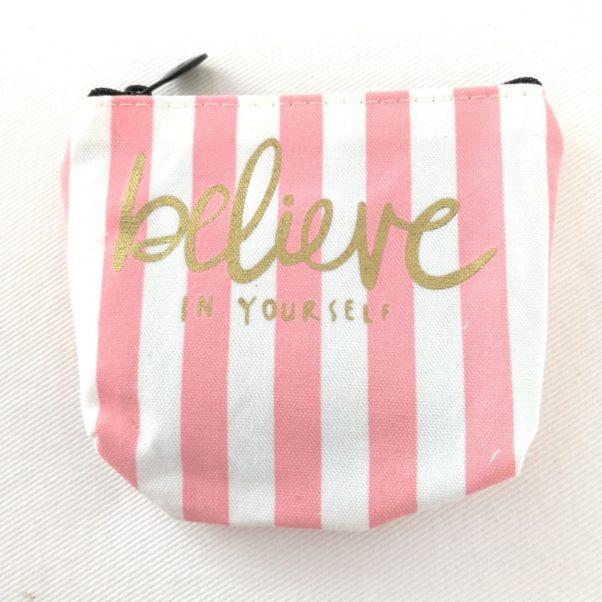 Fin lille pung i lyserød og hvid med teksten Believe in yourself.