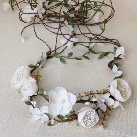 Yndig blomsterkrans med små cremefarvet stofblomster