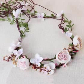 Yndig blomsterkrans med små sarte lyserøde stofblomster