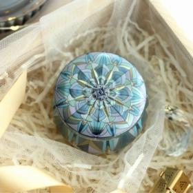 Skøn lille metaldåse – model – blå kronblad