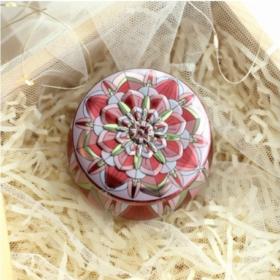 Skøn lille metaldåse – model – rosa kronblad