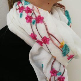 Smukt tørklæde med broderi – Hvidt