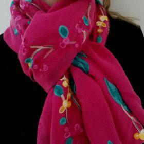 Smukt tørklæde med broderi – Pink