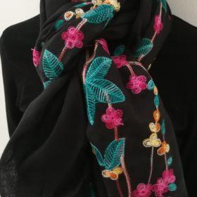 Smukt tørklæde med broderi – Sort